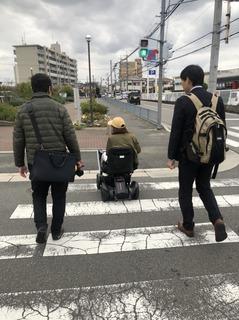 電動車いす横断.jpg